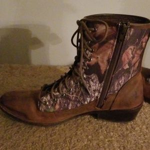 FLASH SALE ! Leather Lace-Up Camo Boots 9 M